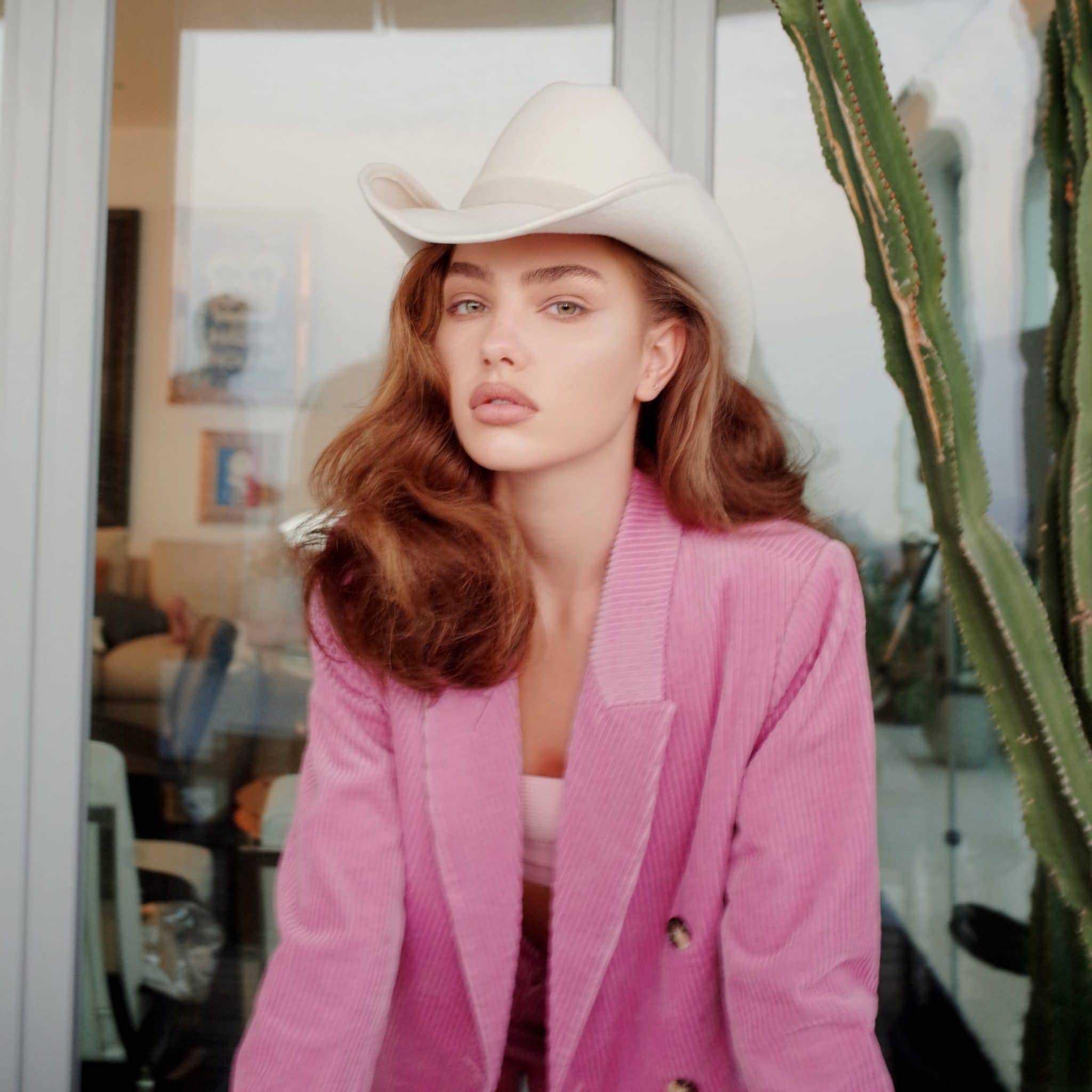 בחורה עם כובע בוקרים