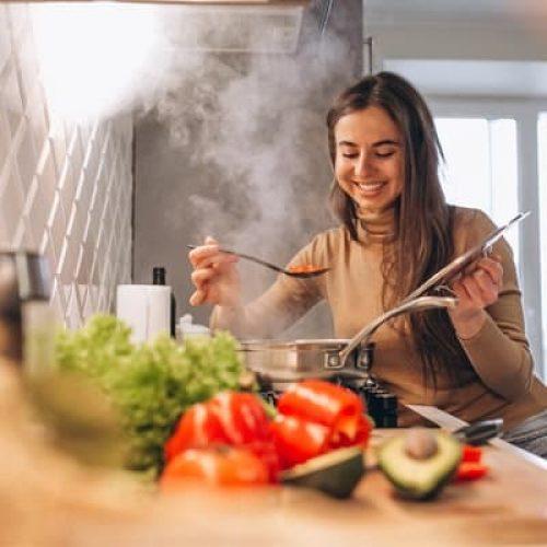 אישה מבשלת